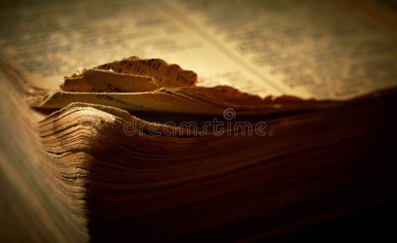 Bord de vieux livre religieux ouvert. images stock