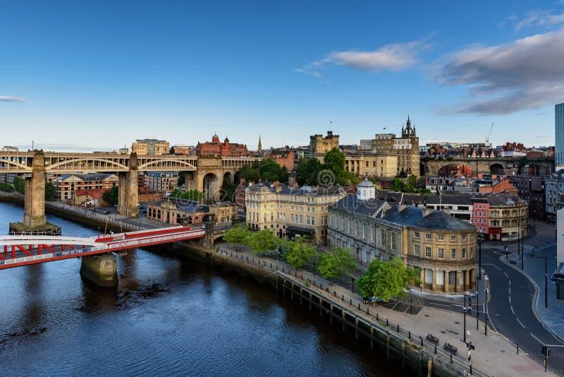 Bord du quai et ponts sur Tyne England R-U photos stock