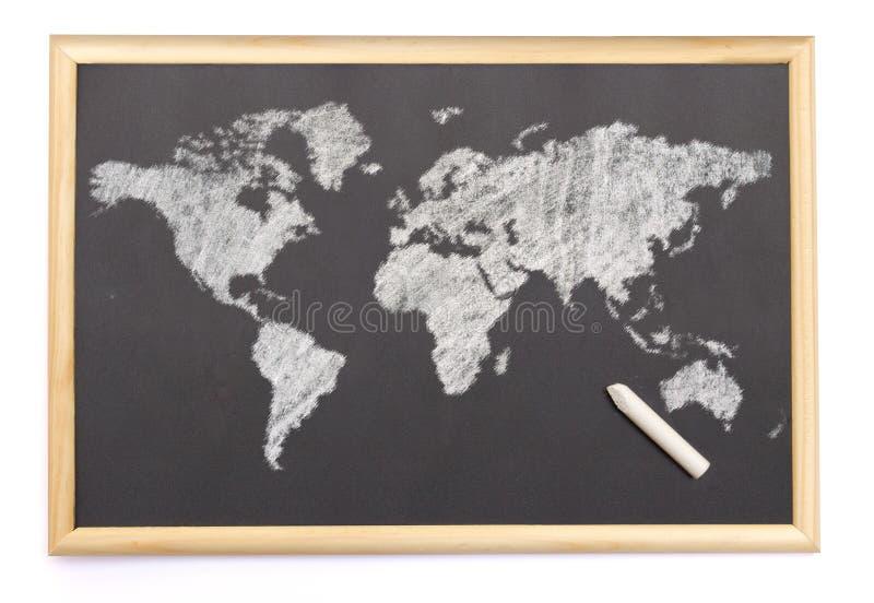 Bord met een krijt en de kaart van de wereld wordt getrokken die op (Se royalty-vrije stock afbeelding