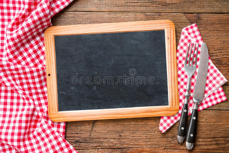 Bord met een rood geruit tafelkleed stock afbeelding