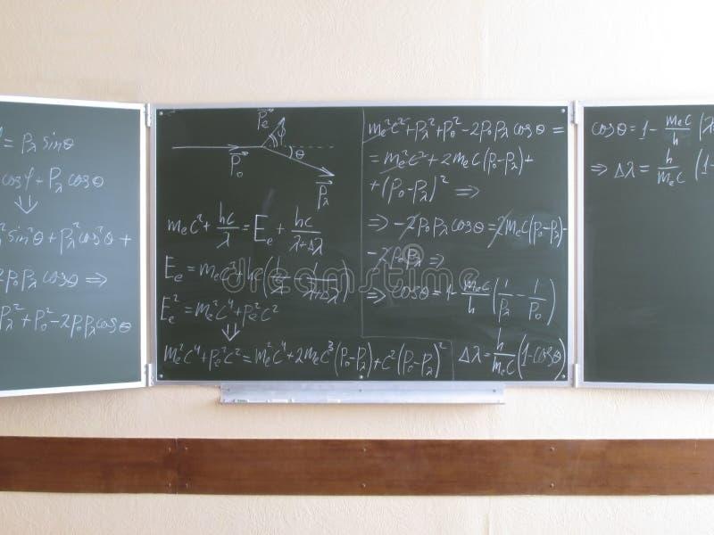 Bord met fysieke formules wordt geschreven die stock afbeelding