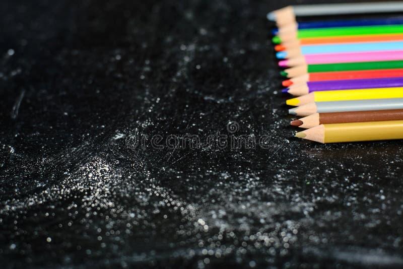 Bord met gekleurde potloden royalty-vrije stock fotografie