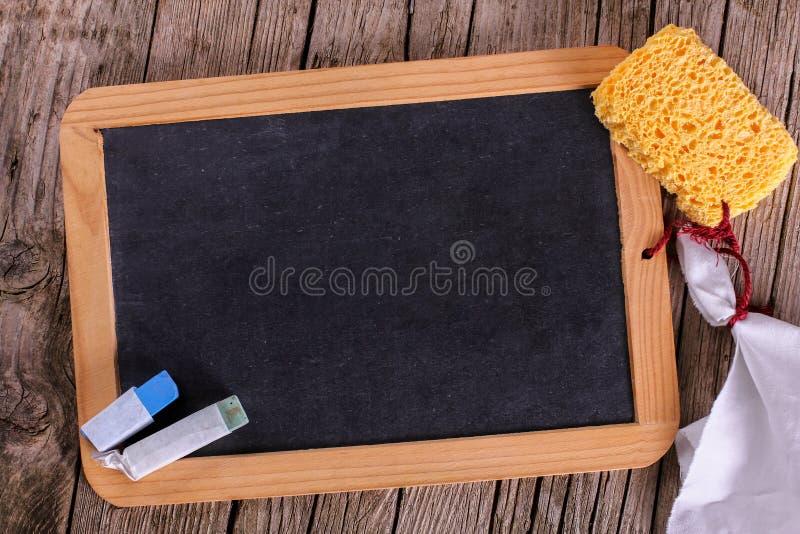 Bord met krijt en spons royalty-vrije stock afbeeldingen