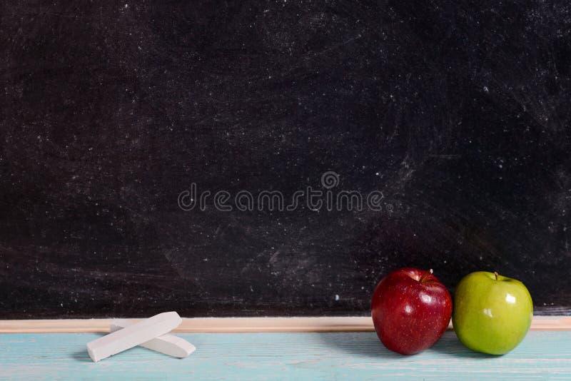 Bord met krijt en twee appelen royalty-vrije stock afbeeldingen