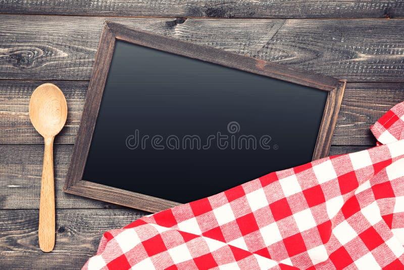 Bord met rode servet en lepel stock foto