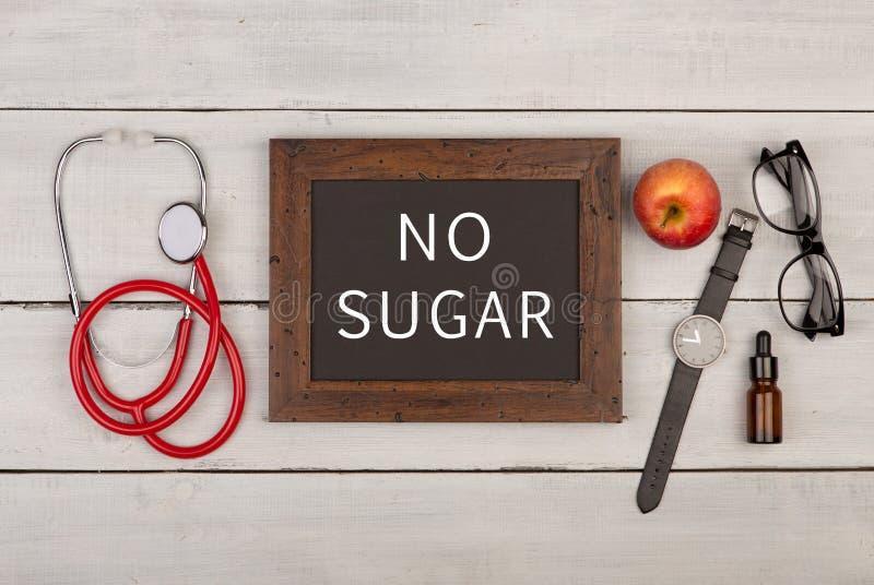 bord met tekst & x22; Geen sugar& x22; , stethoscoop, oogglazen en horloge royalty-vrije stock afbeelding