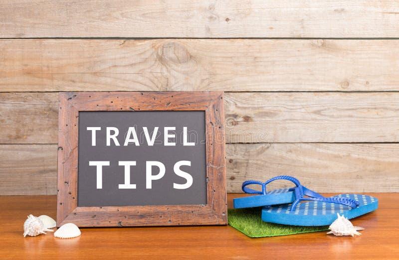 bord met tekst & x22; Reis tips& x22; , ploffen, zeeschelpen op bruine houten achtergrond stock foto's