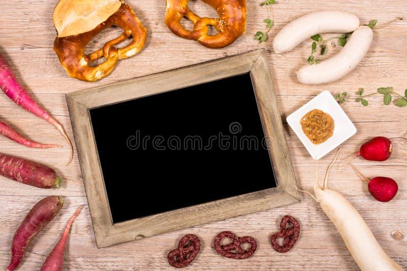 Bord met vrije ruimte en kalfsvleesworsten en radijzen stock afbeeldingen