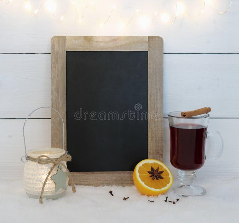 Bord, overwogen wijn, sinaasappel, kruid en draadlichten royalty-vrije stock afbeelding