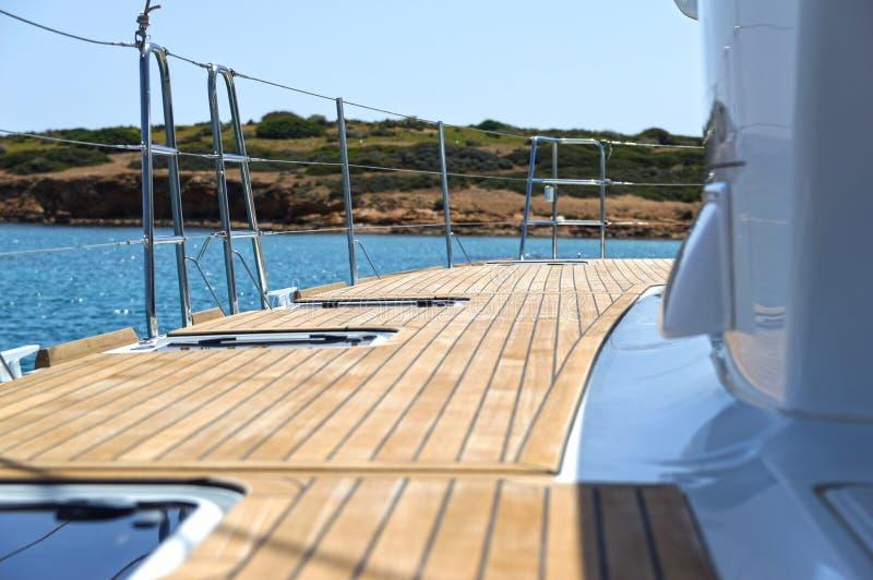 An Bord von einem Segelnkatamaran lizenzfreies stockbild
