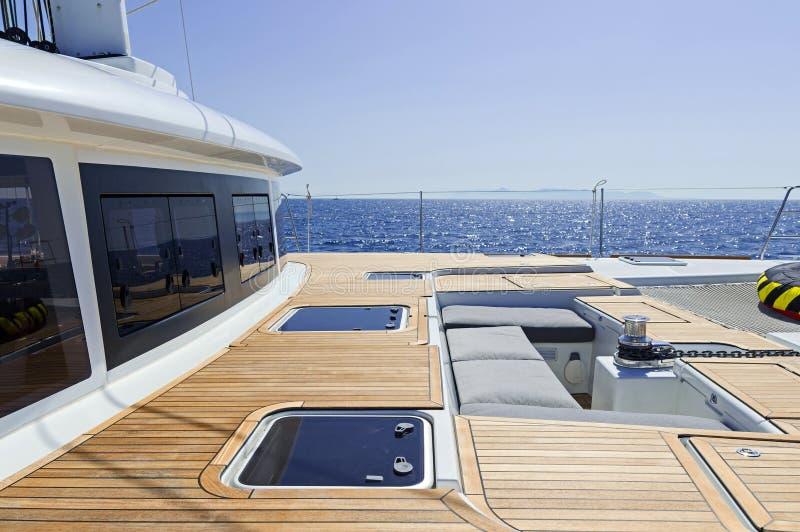 An Bord von einem Segelnkatamaran lizenzfreie stockfotografie
