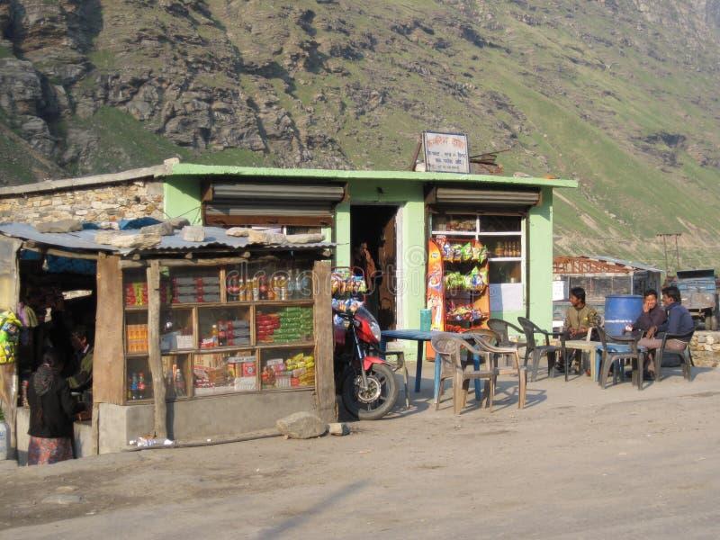 A borda da estrada para em India foto de stock