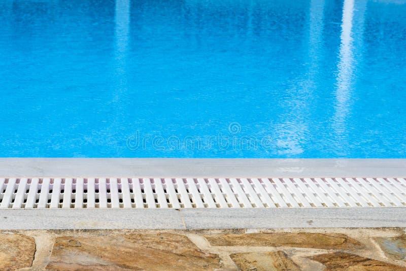 Borda do excesso da piscina imagem de stock royalty free