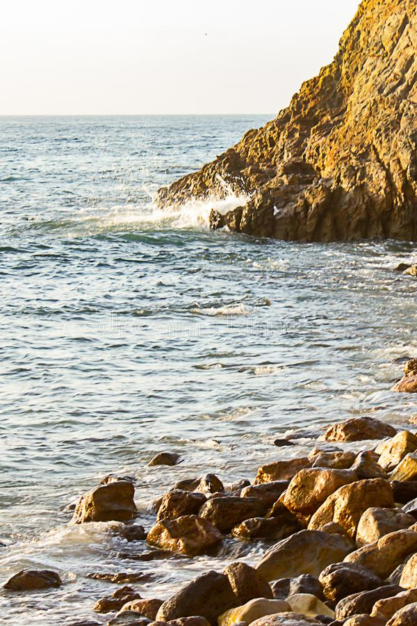 Borda do penhasco da reuni?o da onda de oceano ao longo da linha costeira rochosa fotos de stock royalty free