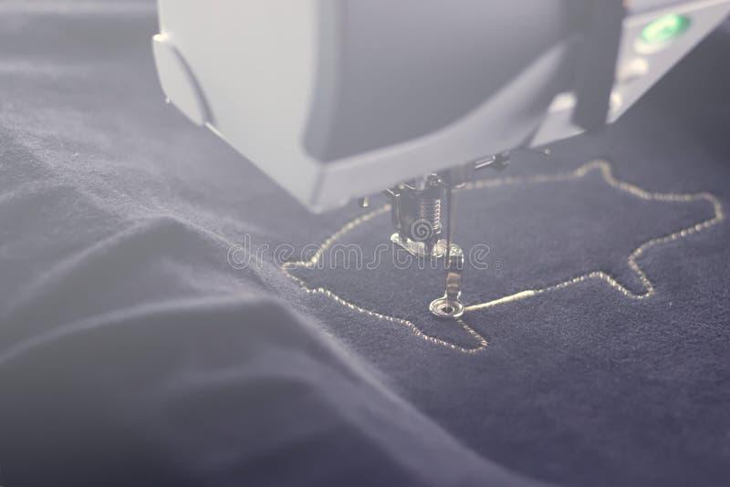 Bordado de máquina del motivo chino del cerdo del Año Nuevo 2019 con hilado del oro en del negro tela velvetely en humor ligero b fotografía de archivo libre de regalías