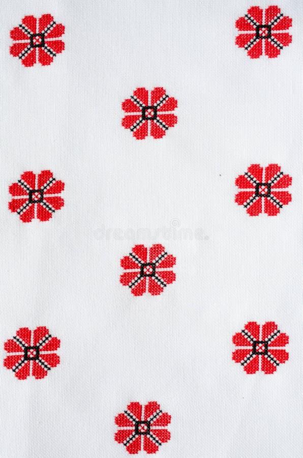 Bordado feito a mão do elemento no linho branco por linhas vermelhas e pretas do algodão ilustração royalty free