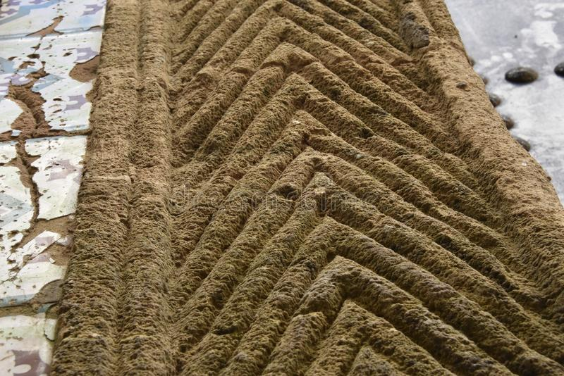 A bordadura de pedra cinzelada da entrada em um V dado forma projeta foto de stock