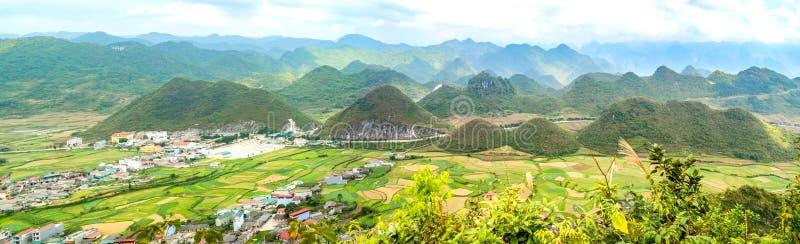 Bordadura do vale de Bac Son com campo no tempo de colheita, província do arroz de Lang Son, Vietname fotografia de stock