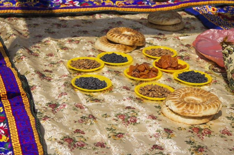 Bordduk som täckas med orientaliska sötsaker, tokigt och lavash arkivfoto