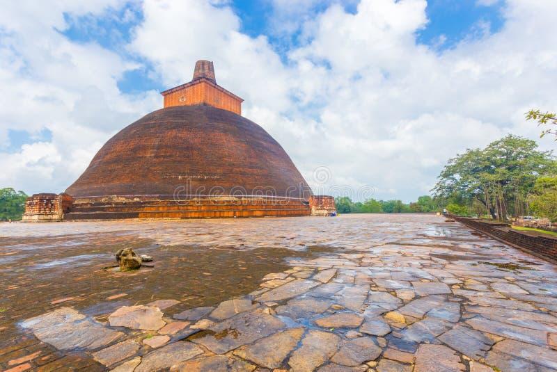 Borde bajo mojado de Anuradhapura Jetavanaramaya Stupa imagen de archivo libre de regalías