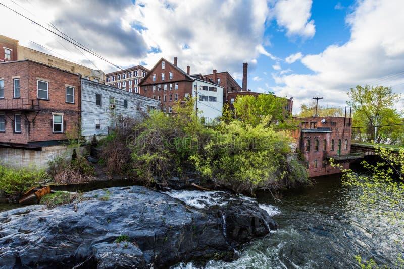 Borde de Brattleboro céntrico, Vermont sobre el arroyo de la piedra de afilar imagenes de archivo