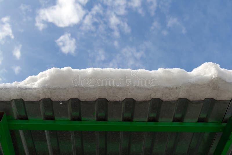 Borde del tejado con nieve imagen de archivo libre de regalías