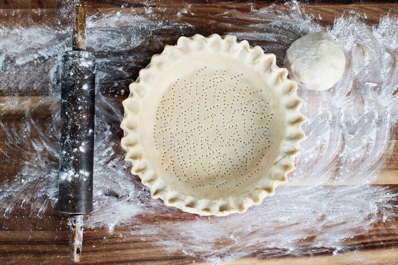 Borde festonado hecho en casa de la mantequilla en placa de la empanada imagen de archivo