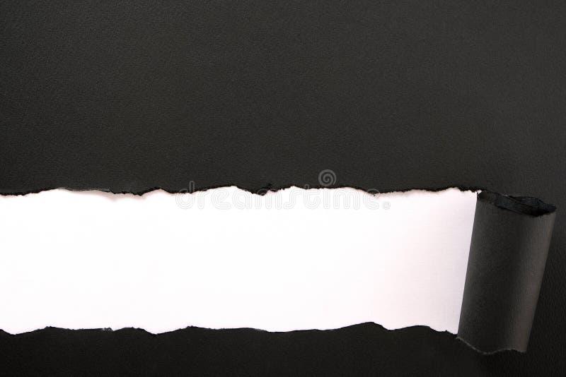 Borde más bajo blanco negro rasgado del fondo de la tira de papel derecho fotos de archivo