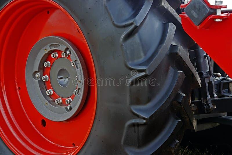Borde rojo grande de la rueda con caucho fotografía de archivo