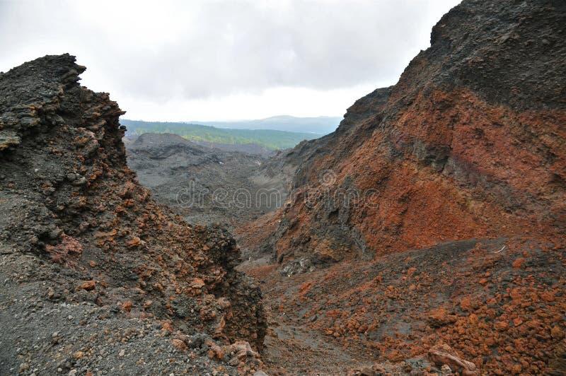 Borde rojo y negro erosionado de la caldera del monte Etna, Sicilia imagen de archivo