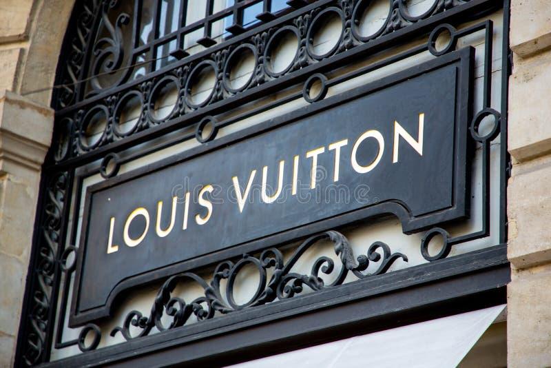 Bordeaux , Akwitania / Francja - 11 30 2019 : Logo Louis Vuitton Retail Store Luksusowe torby na zakupy zdjęcie royalty free