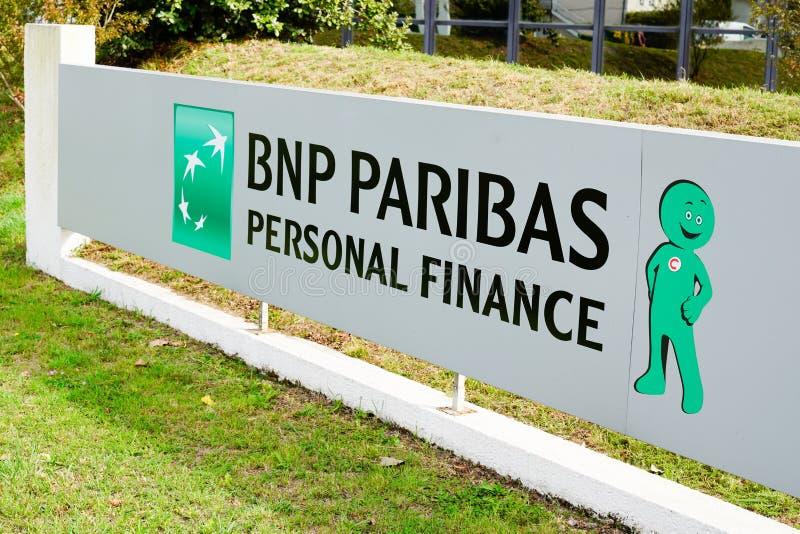 Bordeaux , Akwitania / Francja - 09.27.2019 : znak firmowy bnp paribas Personal Finance french wielonarodowy bank obraz stock