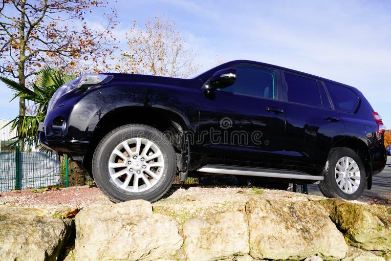 Bordeaux, Aquitaine / Γαλλία - 12 04 2019: Αυτοκίνητο Toyota Land Cruiser στην μπροστινή αντιπροσωπεία για πώληση μεταχειρισμένο  στοκ εικόνα