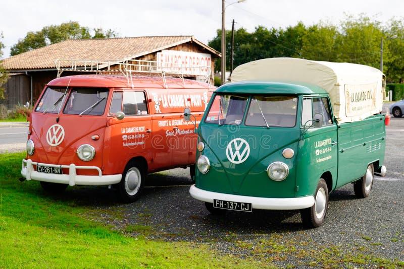Bordeaux , Aquitaine / Франция - 10 23 2019 : два Volkswagen Old vintage ретро классический автобус kombi стоковое фото