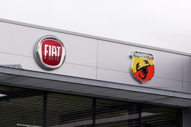 Bordeaux , Aquitaine / Франция - 10 02 2019 : логотип компании fiat и abarth car dealership store стоковое фото rf