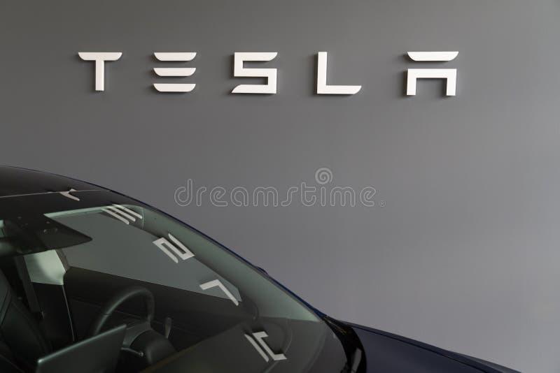 Bordeaux , Aquitaine / Франция - 11 07 2019 : Логотип Tesla Motors Automobile - магазин автомобилей Dealership стоковое фото