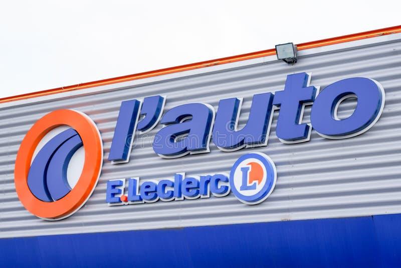 Bordeaux , Aquitaine / Франция - 09 24 2019 : Цепочки гипермаркетов Леклерка вокруг leclerc french store Automotive Repair и Spar стоковое фото rf