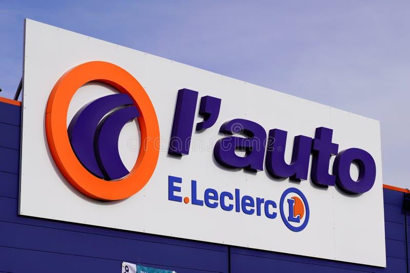 Bordeaux , Aquitaine / Франция - 11 07 2019 : Цепочки гипермаркетов Леклерка leclerc french store Automotive Repair и Spare Parts стоковое фото rf