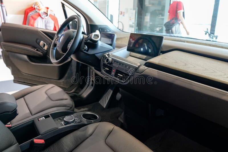 Bordeaux , Aquitaine / Франция - 10 17 2019 : BMW Electric Dashboard Wheel Детали i3 Electric Car открывают пять дверей города стоковое изображение rf