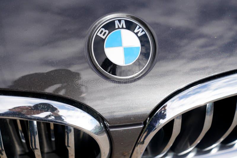 Бордо, Аквитания / Франция-01 09 2020 : знак логотипа BMW на капоте немецкого автомобиля. Бордо, Аквитания / Франция-01 09 2020 : логотип BMW знак на капоте немецкого автомобиля роялти бесплатные стоковые изображения