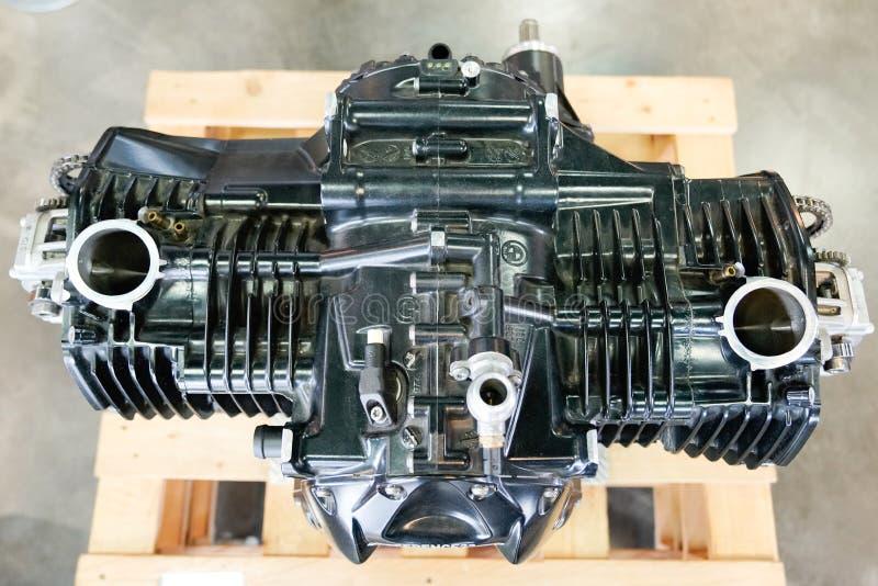 Бордо, Аквитания / Франция-02 15 2020 : BMW motorcycle open engine cylinder head cover in shop dealership Motorcycle. Бордо, Аквитания / Франция-02 15 Сток-фотография без роялти