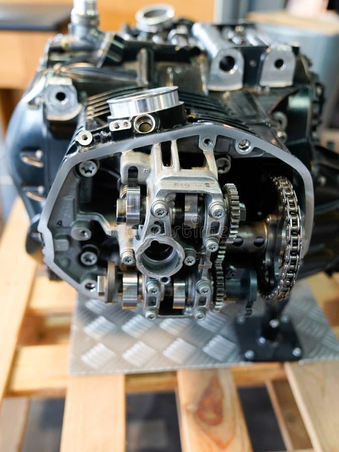 Бордо, Аквитания / Франция-02 15 2020 : BMW motorcycle open engine cylinder motor head cover in store dealership motorbike. Бордо, Аквитания / Франция стоковое изображение