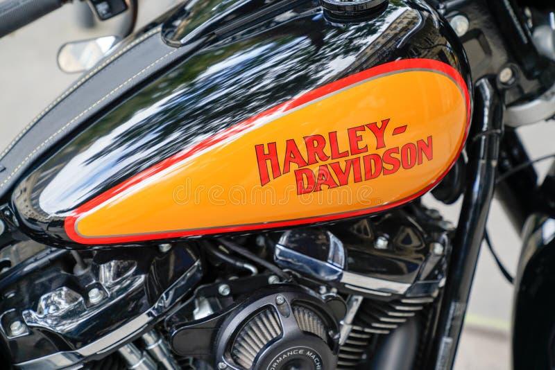Bordeaux, Aquitaine/France - 10 10 2019 : Harley-Davidson logotyp, orange svart detalj på motorcykel royaltyfria bilder