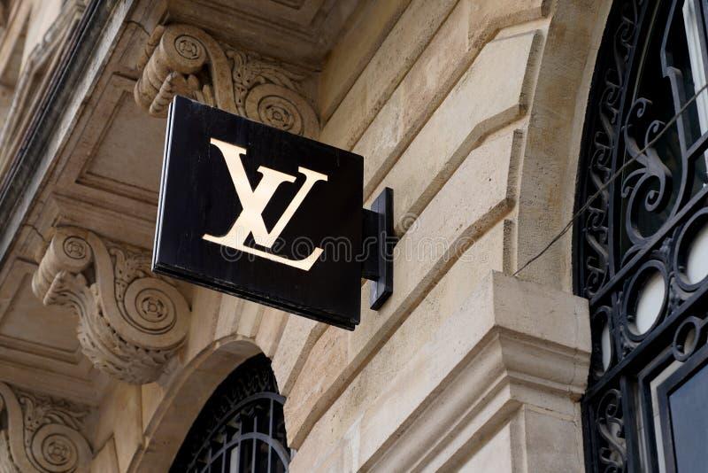 Bordeaux , Aquitaine / Francia - 10 novembre 2019 : Logo del marchio commerciale Louis Vuitton Retail Store Exterior fotografia stock