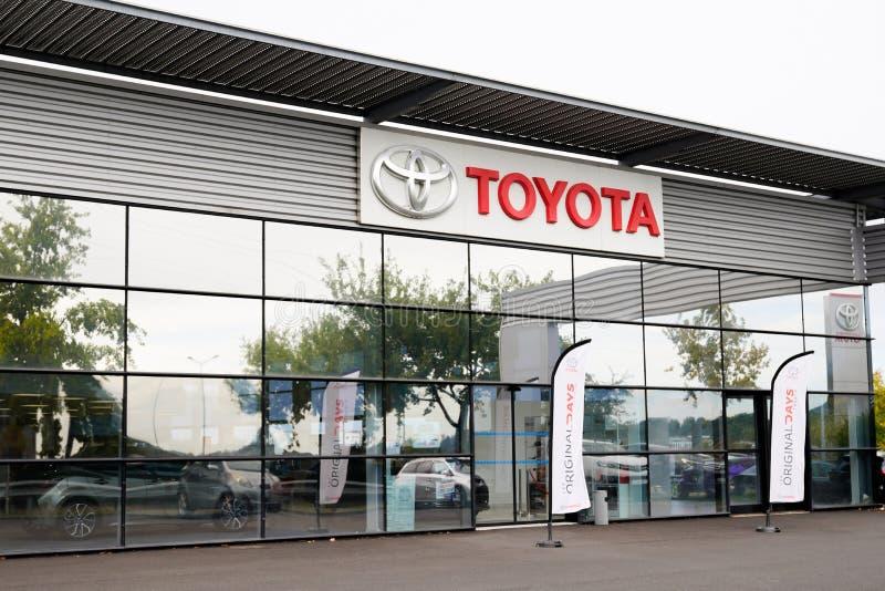 Bordeaux , Aquitaine / Francia - 10 novembre 2019 : Negozio di prodotti automobilistici Toyota Automobile Dealership Exterior Sig immagine stock libera da diritti