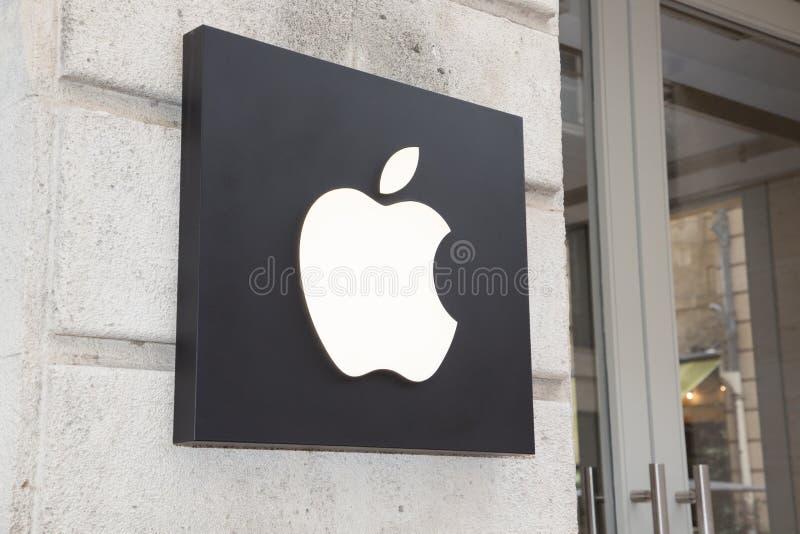 Bordeaux, Aquitaine/Frankrijk - 06 10 2018: onderwijst commercieel teken in de straat voor de appel van de merkwinkel royalty-vrije stock foto