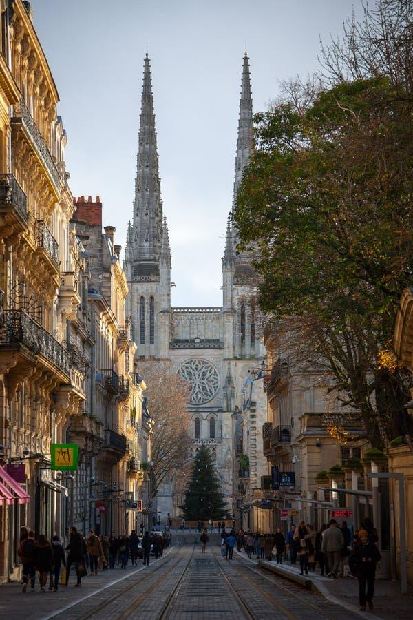 Bordeaux domkyrkaCathedrale helgon Andre som ses från den livsviktiga gatan, i den historiska medeltida delen av staden arkivfoto