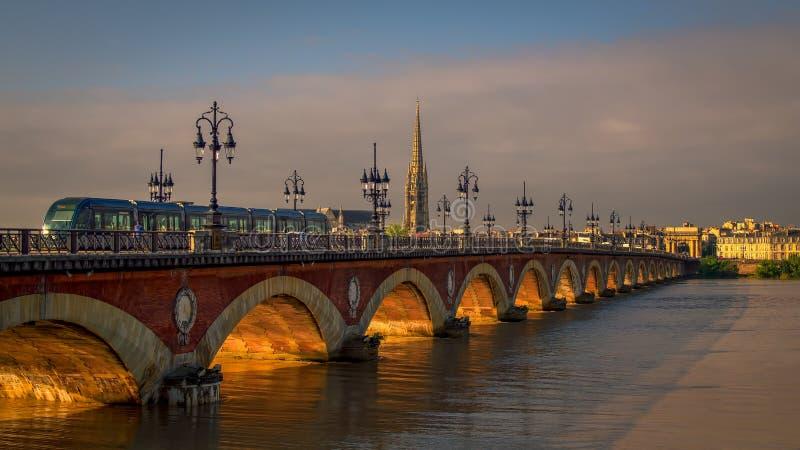 BORDEAUX/FRANCE - 19 SEPTEMBER: Tram die over Pont DE P overgaan royalty-vrije stock foto's