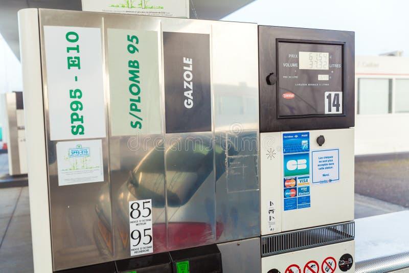 BORDEAUX, FRANCIA - 1° APRILE 2011: Automobile che riempie alla stazione di servizio fotografie stock libere da diritti