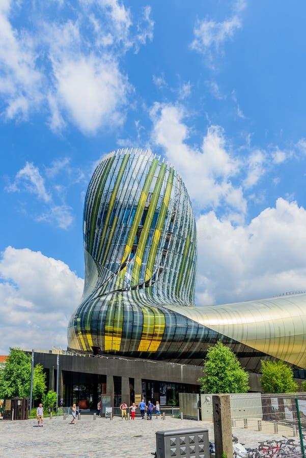 BORDEAUX FRANKRIKE - MAJ 18, 2018: Sikt av det moderna vinmuseet La Citera du Vin vertikalt arkivbilder